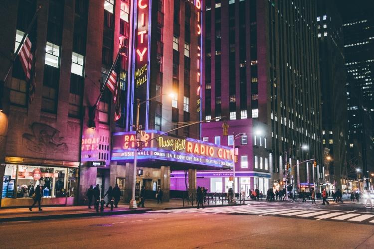 newyork-radiocitymusichall-noite